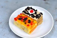 Κέικ φρούτων στο ξύλινο υπόβαθρο Στοκ Εικόνες