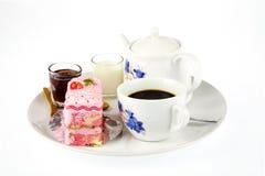 Κέικ φλιτζανιών του καφέ και φραουλών Στοκ φωτογραφία με δικαίωμα ελεύθερης χρήσης