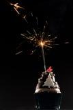 Κέικ φλυτζανιών με τα κεριά πυροτεχνημάτων και γενεθλίων Στοκ εικόνες με δικαίωμα ελεύθερης χρήσης