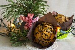 Κέικ Χριστουγέννων με τα φω'τα σε ένα ελαφρύ υπόβαθρο Στοκ εικόνα με δικαίωμα ελεύθερης χρήσης