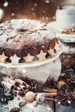 Κέικ Χριστουγέννων που διακοσμείται με την τροφοδοτημένη ζάχαρη Συρμένο χιόνι Στοκ Εικόνες