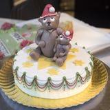 Κέικ Χριστουγέννων που ολοκληρώνεται με Teddy στο καπέλο Santa Στοκ φωτογραφία με δικαίωμα ελεύθερης χρήσης