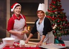 Κέικ Χριστουγέννων ψησίματος μητέρων και κορών στοκ εικόνες με δικαίωμα ελεύθερης χρήσης