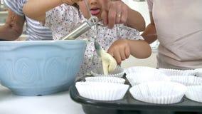 Κέικ ψησίματος γιαγιάδων, εγγονών και μητέρων στην κουζίνα φιλμ μικρού μήκους