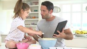 Κέικ ψησίματος γιαγιάδων, εγγονών και μητέρων στην κουζίνα απόθεμα βίντεο