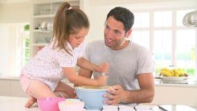 Κέικ ψησίματος πατέρων και κορών στην κουζίνα απόθεμα βίντεο