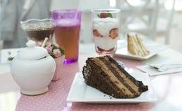 Κέικ Choco και ένα milkshake στη βιομηχανία ζαχαρωδών προϊόντων Στοκ εικόνες με δικαίωμα ελεύθερης χρήσης