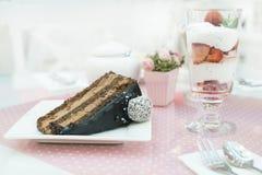 Κέικ Choco και ένα milkshake στη βιομηχανία ζαχαρωδών προϊόντων Στοκ Εικόνες