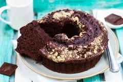 Κέικ Chocolat bundt ζωηρόχρωμος ξύλινος ανασ& Στοκ φωτογραφίες με δικαίωμα ελεύθερης χρήσης