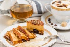 Κέικ Cramel που γεμίζουν με τη σοκολάτα, το κονιάκ και τον καφέ στο υπόβαθρο Στοκ Εικόνες