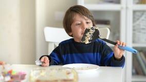 Κέικ Enjoing αγοριών συνθήματος φιλμ μικρού μήκους