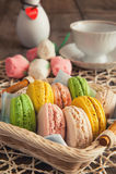 Κέικ, macaroons, αερώδης, ζωηρόχρωμος, στρογγυλός, τρυφερός, γλυκά, καλάθι Στοκ εικόνα με δικαίωμα ελεύθερης χρήσης