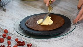 Κέικ Medovik στρώματος μελιού σοκολάτας Επαγγελματικός ζαχαροπλάστης που κατασκευάζει το εύγευστο κέικ φιλμ μικρού μήκους