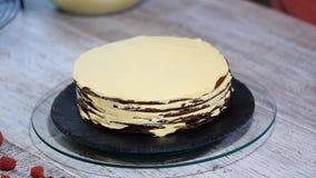 Κέικ Medovik στρώματος μελιού σοκολάτας Επαγγελματικός ζαχαροπλάστης που κατασκευάζει το εύγευστο κέικ απόθεμα βίντεο