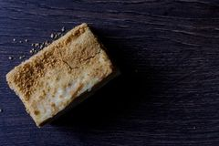 Κέικ Napoleon με σε ένα σκοτεινό ξύλινο υπόβαθρο, εκλεκτική εστίαση στοκ εικόνες