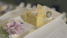 Κέικ Napoleon στο πιάτο στην επιτραπέζια κινηματογράφηση σε πρώτο πλάνο απόθεμα βίντεο