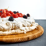 Κέικ Pavlova με τη φράουλα Στοκ Εικόνες