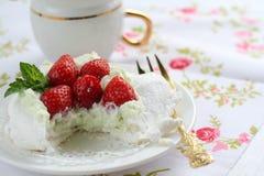 Κέικ Pavlova με τις φράουλες σε μια ζωηρόχρωμη πετσέτα Στοκ Εικόνες