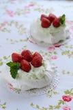 Κέικ Pavlova με τις φράουλες σε μια ζωηρόχρωμη πετσέτα Στοκ Φωτογραφίες