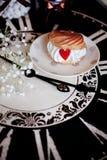 Κέικ profiteroles με την καρδιά κρέμας και μαρμελάδας Στοκ εικόνες με δικαίωμα ελεύθερης χρήσης