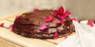 Κέικ Sachertorte σοκολάτας που διακοσμείται με τα λουλούδια Στοκ εικόνες με δικαίωμα ελεύθερης χρήσης