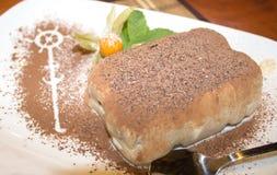 Κέικ Tiramisu σε ένα πιάτο Στοκ Εικόνες