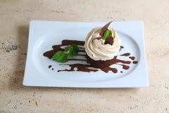 Κέικ ` Tiramisu ` στο άσπρο πιάτο Στοκ Εικόνα
