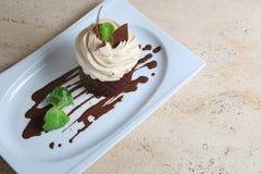 Κέικ ` Tiramisu ` στο άσπρο πιάτο Στοκ Φωτογραφίες