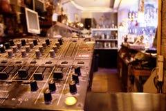 Κέντρο ή γέφυρα ελέγχου μουσικής σε έναν μαγαζί λιανικής πώλησης στοκ εικόνες με δικαίωμα ελεύθερης χρήσης
