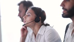 Κέντρο επαφών Χειριστής γυναικών με τον πονοκέφαλο και την πίεση στην εργασία απόθεμα βίντεο