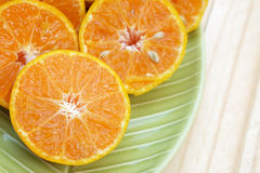 Κέντρο (επιλεγμένη εστίαση) του πορτοκαλιού μισού που είναι στο αριστερό κάτω από το Si Στοκ Εικόνες