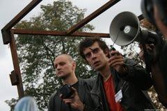Κέντρο και Sergei Udaltsov πολιτικού το ρωμαϊκά Dobrokhotov έφυγαν σε μια συνάθροιση προς υπεράσπιση του δάσους Khimki Στοκ φωτογραφία με δικαίωμα ελεύθερης χρήσης