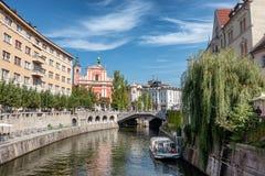 Κέντρο πόλεων του Λουμπλιάνα με τα κανάλια και προκυμαία στη Σλοβενία στοκ φωτογραφία με δικαίωμα ελεύθερης χρήσης