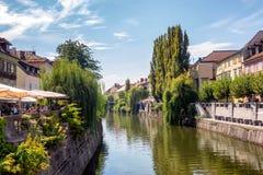Κέντρο πόλεων του Λουμπλιάνα με τα κανάλια και προκυμαία στη Σλοβενία στοκ εικόνες