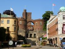 Κέντρο πόλεων Helsingborg και η μεσαιωνική πύλη που οδηγεί στο κάστρο Karnan, Helsingborg Στοκ Εικόνα