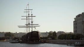 Κέντρο της Άγιος-Πετρούπολης, Ρωσία: Ποταμός Neva, γέφυρα, και ξύλινο σκάφος φιλμ μικρού μήκους