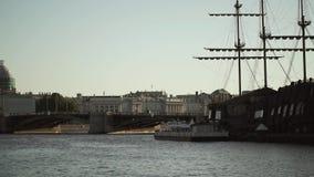 Κέντρο της Άγιος-Πετρούπολης, Ρωσία: Ποταμός Neva, γέφυρα, και ξύλινο σκάφος απόθεμα βίντεο