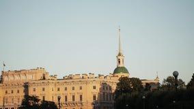 Κέντρο της Άγιος-Πετρούπολης: ST Michael s Castle στο φως θερινού βραδιού απόθεμα βίντεο