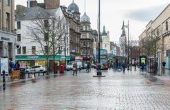 Κέντρο της πόλης του Dundee με τους ανθρώπους που κάνουν τις αγορές Χριστουγέννων τους Στοκ Εικόνα