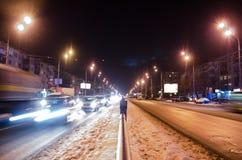 Κέντρο του χιονώδους δρόμου Η κυκλοφορία νύχτας στοκ εικόνες