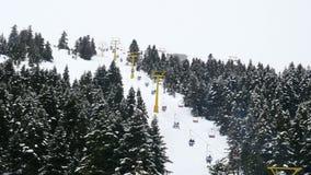 Κέντρο χειμερινού αθλητισμού, Cableway σκι ανθρώπων στο θέρετρο montain, απόθεμα βίντεο