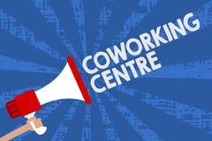 Κέντρο Coworking κειμένων γραφής Η έννοια έννοιας μοιράστηκε το γραφείο εργασιακών χώρων συχνά και ανεξάρτητο megaphone εκμετάλλε διανυσματική απεικόνιση