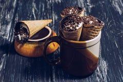 Κέρατα βαφλών το τυρί κρέμας ή εξοχικών σπιτιών που ψεκάζεται με με τη σοκολάτα Βάφλα επιδορπίων στοκ φωτογραφία