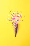 Κέρατο ή κώνος παγωτού με τους αγαπημένους σε ένα κίτρινο υπόβαθρο Στοκ φωτογραφία με δικαίωμα ελεύθερης χρήσης