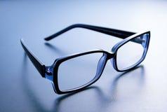 Κέρατο-γυαλιά στο μπλε υπόβαθρο Στοκ Φωτογραφία