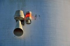 Κέρατο και φω'τα συναγερμών σε έναν άσπρο χρωματισμένο τοίχο Στοκ εικόνες με δικαίωμα ελεύθερης χρήσης