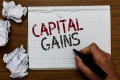 Κέρδη κεφαλαίου κειμένων γραφής Η έννοια έννοιας συνδέει το σημειωματάριο δεικτών εκμετάλλευσης ατόμων επενδυτικών κεφαλαίων φόρο στοκ εικόνα