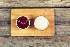 Κέτσαπ και μαγιονέζα στην εξυπηρέτηση των πιάτων, εστιατόριο, καφές, γρήγορο φαγητό Στοκ Εικόνες