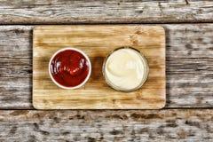 Κέτσαπ και μαγιονέζα στην εξυπηρέτηση των πιάτων, εστιατόριο, καφές, γρήγορο φαγητό Στοκ Φωτογραφία