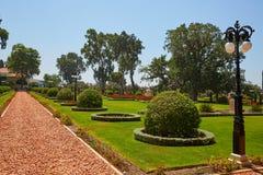 Κήποι Bahai, ένας όμορφος πράσινος χορτοτάπητας, άγρια σταφύλια με flowerpots Στοκ Εικόνες